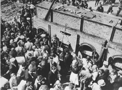Majdanek 1945 Polish civilians and Russian soldiers